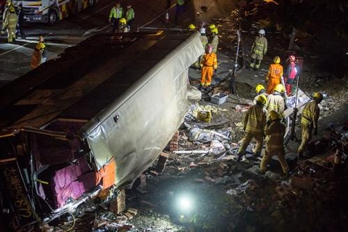 Xe buýt hai tầng bị lật ở Hong Kong ngày 10/2. Ảnh: AFP.