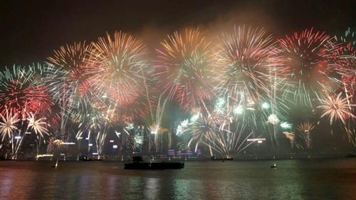 Hong Kong bắn pháo hoa ở cảng Victoria trong dịp mừng năm mới dương lịch 2018. Ảnh: SCMP.