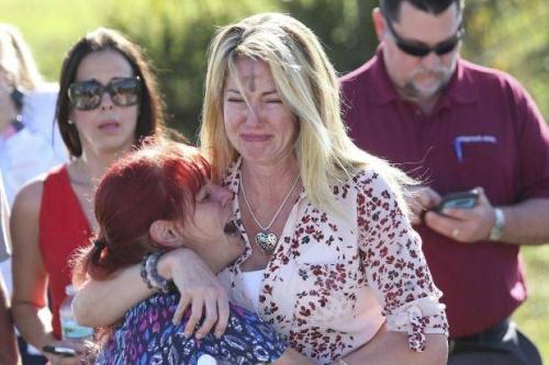 Các phụ huynh chờ tin con sau vụ xả súng trường trung học Mỹ. Ảnh:
