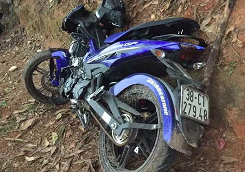Một chiếc xe máy hư hỏng, văng vào vệđường sau tai nạn. Ảnh: T.H