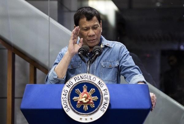 Tổng thống Philippines Rodrigo Duterte phát biểu tại sân bay Manila ngày 13/2. Ảnh: AFP.