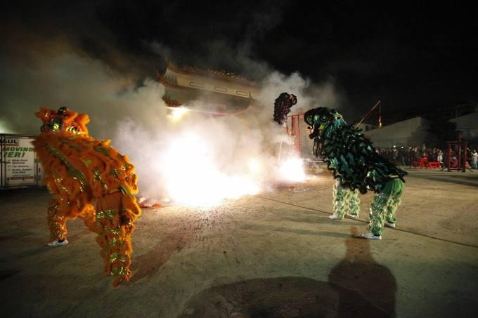 Người Việt ở Mỹ chen chân đi chùa đầu năm mới