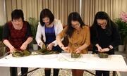 Du học sinh Việt Nam tại Hà Lan thi gói bánh chưng mừng Tết