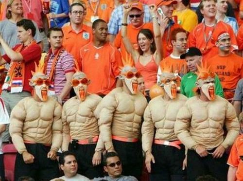 Đội hình quái thú đi cổ vũ đá bóng.