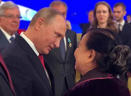 Tổng thống Nga Putin trao giải thưởng Pushkin cho phó giáo sư Nguyễn Tuyết Minh. Ảnh: NVCC