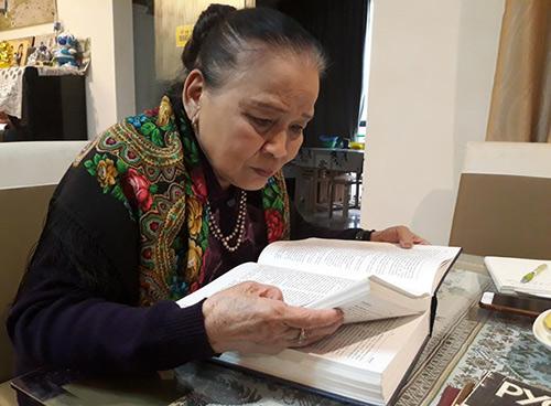 Phó giáo sư Nguyễn Tuyết Minh xem lại cuốn từ điển Việt - Nga mà bà đã mất 26 năm miệt mài mới hoàn thành. Ảnh: CTV/Vietnam+
