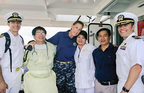 Bác sĩ Ánh Hồng chụp ảnh lưu niệm cùng đoàn bác sĩ hải quân Mỹ trong một lần diễn tập trên tàu Bệnh viện của Mỹ. Ảnh: Nguyễn Đông.
