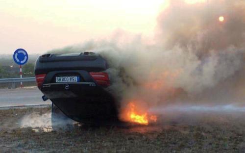 Chiếc xế hộp trị giá nhiều tỷ đồng bốc cháy sau cú đâm va vào đảo xuyến dẫn lên cầu Tân Vũ- Lạch Huyện (Hải Phòng). Ảnh: CTV