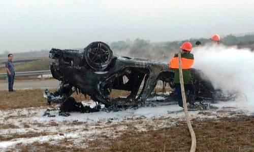 Sau ít phút, lửa đã thiêu rụi chiếc xe. Ảnh:CTV
