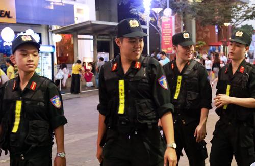 Cảnh sát cơ động tuần tra liên tục trên đường hoa Nguyễn Huệ năm Mậu Tuất 2018. Ảnh: Hữu Công