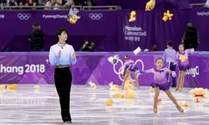 Vận động viên Nhật hứng 'mưa gấu bông' mừng chiến thắng tại Hàn Quốc
