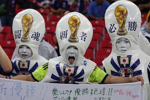 Tạo hình khó đỡ của những người hâm mộ Nhật Bản.