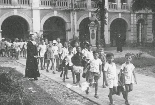Học sinh xếp hàng ra về ở trường Lasan Taberd.