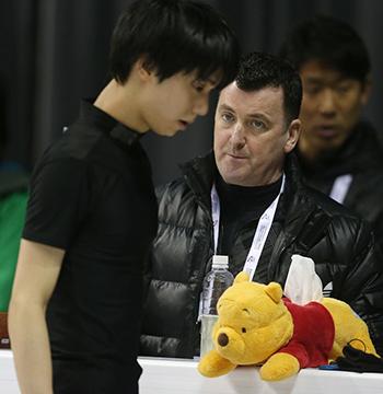 Huấn luyện viênBrian Orser cùnggấu bôngWinnie the Pooh chăm chú dõi theoYuzuru Hanyu luyện tập chuẩn bị cho giải vô địch trượt băng thế giớisânBudweiser Gardens, Toronto, Canada. Ảnh:Toronto Star.