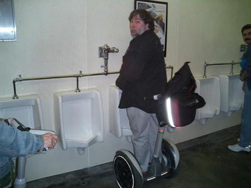 Sao chưa thấy ai thế này vào nhà vệ sinh à?