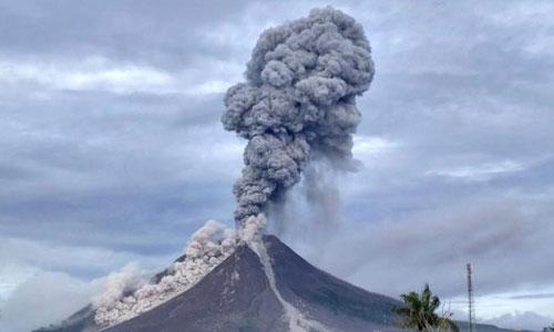 Cột khói bụi hơn 7 km phun ra từ miệng núi lửa Sinabung. Ảnh: Kosmo.
