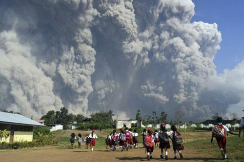 Người dân Sinabung theo dõi ngọn núi lửa phun trào. Ảnh: AP.