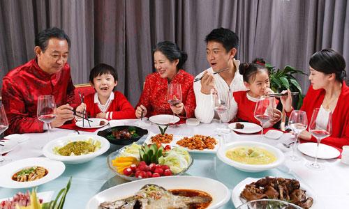Một mâm cỗ đoàn viên ngày Tết của gia đình Trung Quốc. Ảnh: Mandarin.