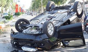 Ôtô lật ngửa giữa đường, người dân kéo tài xế ra ngoài