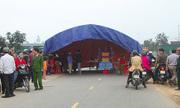 Người dân dựng rạp chặn đường, yêu cầu tài xế gây tai nạn trình diện