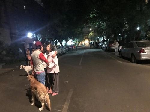 Người dân thủ đô Mexico City chạy ra phố khi động đất xảy ra lúc 0h57 (GMT) hôm nay. Ảnh: Reuters.