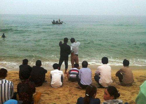 Người dân theo dõi việc tìm kiếm các nạn nhân ở bãi biển xã Đức Minh. Ảnh: Hiền Trang.
