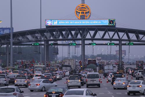 Hàng nghìn phương tiện ùn ứ tại khu vực trạm soát vé đường Pháp Vân-Cầu Giẽ chiều mùng 4 Tết. Ảnh: Đỗ Mạnh Cường.