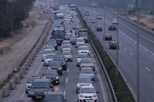 Lúc 17h, đường Pháp Vân-Cầu Giẽ, hướng đi Hà Nội ùn tắc kéo dài. Ảnh: Đỗ Mạnh Cường.