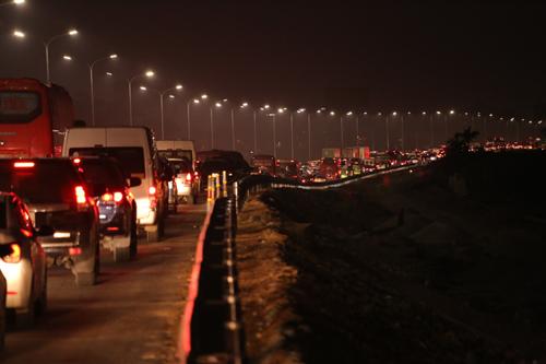 Cảnh ùn tắc trên tuyến đường Pháo Vân-Cầu Giẽ lúc 18h ngày mùng 4 Tết. Ảnh: Đỗ Mạnh Cường.