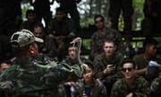 Lính Mỹ, Thái Lan uống máu rắn, ăn bọ cạp