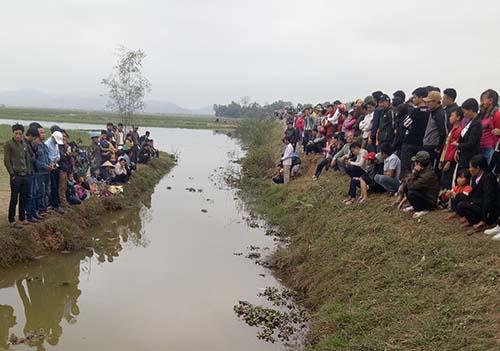 Người dân tụ tập hai bên bờ kênh để chờ xem cá lạ nổi. Ảnh: Người dân cung cấp.