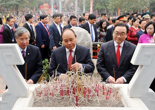 Thủ tướngvà các đại biểu dâng hương, hoa tại Tượng đài Hoàng đế Quang Trung. Ảnh: VGP