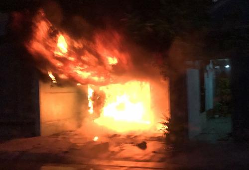 Căn nhà cháy ngùn ngụt. Ảnh: CTV.