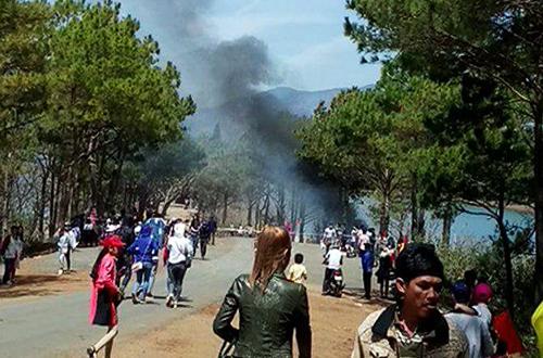 Taxi bốc cháy lao xuống hồkhiến nhiều du khách tham quan Biển Hồ hốt hoảng. Ảnh: Linh Lee.