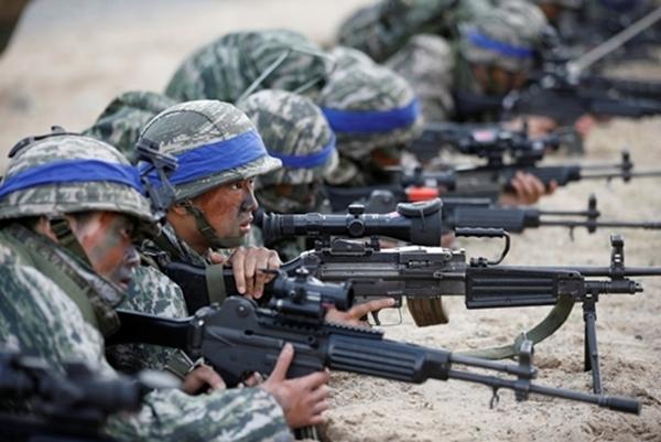 Lính thủy đánh bộ Hàn Quốc trong cuộc tập trận chung Foal Eagle với Mỹ năm 2017. Ảnh: Reuters.