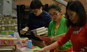 Du học sinh Mỹ gửi 600 cuốn sách về quê dịp Tết