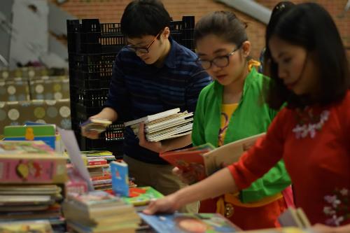 Các nhóm du học sinh nhập dữ liệu và đóng thùng sách gửi về Việt Nam.