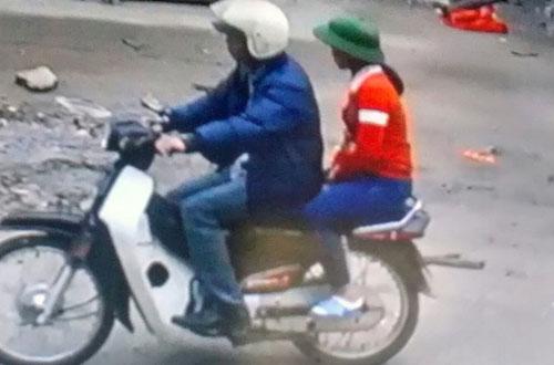 Hình ảnh anh Tuấn chở cô bé nhờ dẫn đường đi mua bóng bay được camera ghi lại.