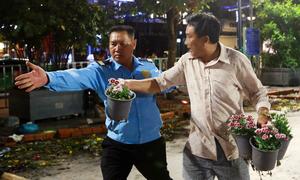 Nhiều người năn nỉ xin bông khi đường hoa Nguyễn Huệ bế mạc