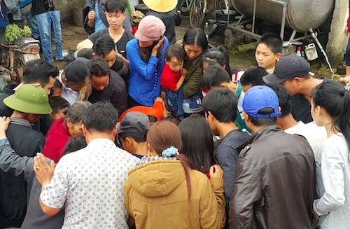Hàng trăm người dân kéo tới nhà ông Dược để được sờ vào cá. Ảnh: Nguyễn Hải.