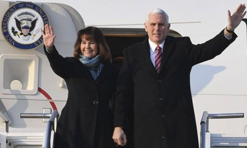 Phó tổng thống Mỹ Mike Pence và phu nhân đáp xuống Hàn Quốc hôm 8/2. Ảnh: USA Today.