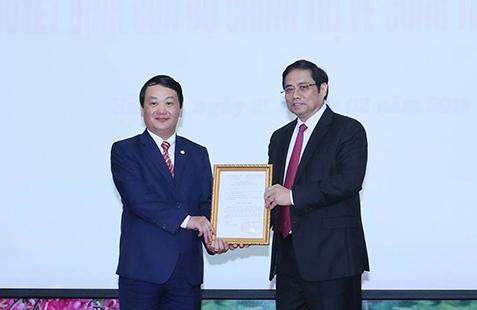 Ông Hầu A Lềnh (bìa trái) nhận quyết định của Bộ Chính trị sáng 21/2. Ảnh: VGP