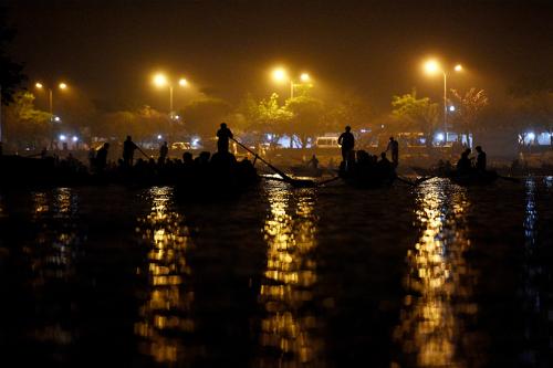 Lễ hội chùa Hương khai mạc hôm nay 21/2 đã thu hút nhiều du khách đi đò trong đêm để tránh tắc đường. Ảnh: Giang Huy