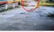 Ôtô liều mạng suýt bị tàu hỏa tông nát ở Hà Nội