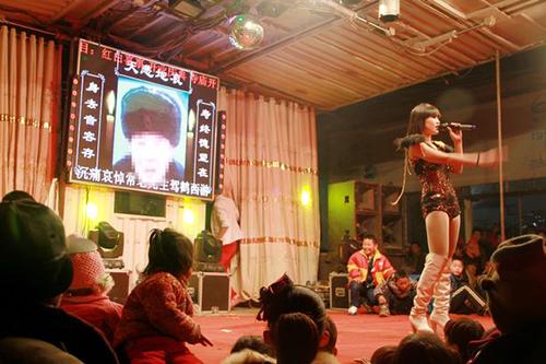 Một vũ công biểu diễn tại đám tang ở Trung Quốc. Ảnh:Rex Features
