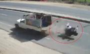 Gia đình Ấn Độ sống sót sau cú đâm tan xe máy trên quốc lộ