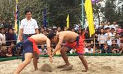 Hàng nghìn người theo dõi hội vật làng Thủ Lễ