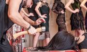 Phụ nữ Nga xếp hàng để được chặt tóc bằng rìu