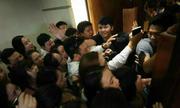 Vì sao trăm người xô đẩy sờ cá chép 'thần' lấy may ở Nghệ An?