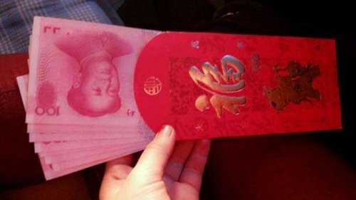 Vào dịp năm mới âm lịch, theo truyền thống, người Trung Quốc thường tặng trẻ nhỏ và thanh niên chưa lập gia đình hồng bao hay những bao màu đỏ đựng tiền mặt để lấy may. Ảnh: SCMP.